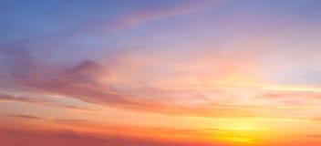 Fundo real majestoso do céu do pôr do sol do nascer do sol com as nuvens coloridas delicadas fotografia de stock