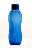Fundo refrigerado do branco do wateron da garrafa sagacidade azul Fotografia de Stock