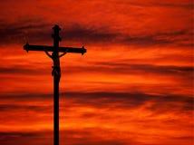 Fundo religioso da Páscoa - céu do vermelho da crucificação e do por do sol Foto de Stock