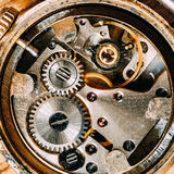 Fundo retro do maquinismo de relojoaria do vintage velho Close-up do relógio de pulso de disparo foto de stock royalty free