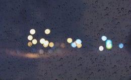Fundo romântico macio da luz do bokeh da cor com gota da água ou da chuva na janela da placa de vidro do espelho Imagem de Stock