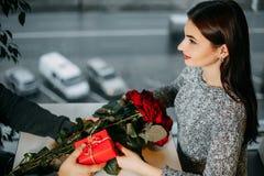 Fundo romance, par no amor na data, homem que dá rosas e Fotografia de Stock
