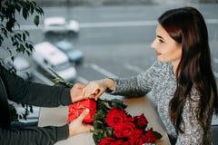 Fundo romance, par no amor na data, homem que dá rosas e Imagens de Stock Royalty Free