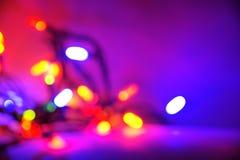 Fundo roxo da luz de Natal fotos de stock royalty free