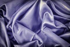 Fundo roxo escuro abstrato Textura de seda lisa com dobras bonitas foto de stock