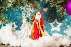 Fundo Santa Claus do cartão de Natal e caráteres novos do Natal do russo da neve: Donzela da neve de Snegurochka com presentes Fotografia de Stock