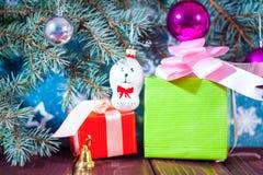 Fundo Santa Claus do cartão de Natal e caráteres novos do Natal do russo da neve: Donzela da neve de Snegurochka com presentes Imagem de Stock