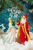 Fundo Santa Claus do cartão de Natal e caráteres novos do Natal do russo da neve: Donzela da neve de Snegurochka com presentes Imagens de Stock Royalty Free
