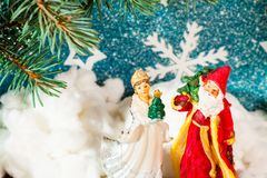 Fundo Santa Claus do cartão de Natal e caráteres novos do Natal do russo da neve: Donzela da neve de Snegurochka com presentes Imagem de Stock Royalty Free