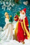 Fundo Santa Claus do cartão de Natal e caráteres novos do Natal do russo da neve: Donzela da neve de Snegurochka com presentes Foto de Stock Royalty Free