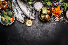 Fundo saudável do alimento com dois fisches do dorado e ingredientes dos vegetais para o cozimento saboroso, vista superior fotografia de stock royalty free