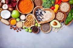 Fundo saudável do alimento dos frutos, dos vegetais, do cereal, das porcas e do superfood Vegetariano dietético e equilibrado que fotos de stock
