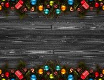 Fundo sazonal do ano 2017 novo feliz com o pinho verde de madeira real, as quinquilharias coloridas do Natal, o boxe do presente  Imagens de Stock