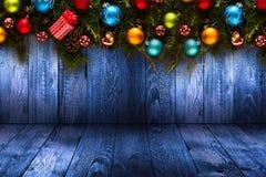 Fundo sazonal do ano 2017 novo feliz com o pinho verde de madeira real, as quinquilharias coloridas do Natal, o boxe do presente  Foto de Stock