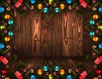 Fundo sazonal do ano 2017 novo feliz com o pinho verde de madeira real, as quinquilharias coloridas do Natal, o boxe do presente  Imagem de Stock