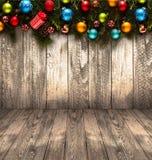 Fundo sazonal do ano 2017 novo feliz com o pinho verde de madeira real, as quinquilharias coloridas do Natal, o boxe do presente  Fotos de Stock