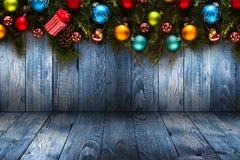 Fundo sazonal do ano 2017 novo feliz com o pinho verde de madeira real, as quinquilharias coloridas do Natal, o boxe do presente  Fotografia de Stock Royalty Free