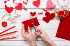 Fundo scrapbooking feito a mão do dia de são valentim, cartão dos corações do cortado e colado Imagens de Stock