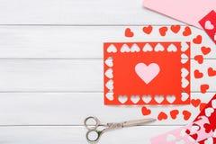Fundo scrapbooking feito a mão do dia de são valentim, cartão dos corações do cortado e colado Fotografia de Stock