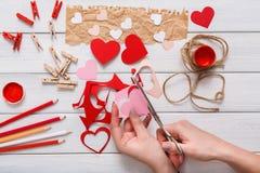 Fundo scrapbooking feito a mão do dia de são valentim, cartão dos corações do cortado e colado Imagens de Stock Royalty Free
