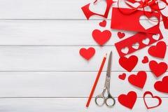 Fundo scrapbooking feito a mão do dia de são valentim, cartão dos corações do cortado e colado Fotos de Stock