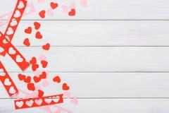 Fundo scrapbooking feito a mão do dia de são valentim, cartão dos corações do cortado e colado Imagem de Stock