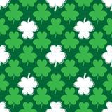 Fundo sem emenda ao dia de Patrick folhas do trevo em um fundo verde Imagem de Stock Royalty Free