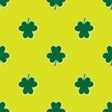 Fundo sem emenda ao dia de Patrick folhas do trevo em um fundo verde Fotografia de Stock Royalty Free