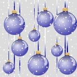 Fundo sem emenda com suspensão de bolas de vidro azuis lustrosas do Natal e da neve de queda Fotos de Stock Royalty Free