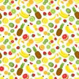 Fundo sem emenda do multivitamínico com abacaxi inteiro, fatias verdes frescas do quivi, morangos, citrinas e bananas Imagens de Stock Royalty Free