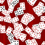 Fundo sem emenda do teste padrão - cartões de jogo dispersados na tabela de mogno arborizado vermelha ilustração stock
