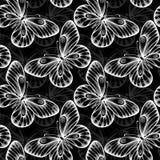 Fundo sem emenda preto e branco com borboletas do voo Imagens de Stock Royalty Free