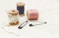 Fundo Sewing Carretel da linha, do laço e dos pinos Fotografia de Stock