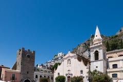 Fundo siciliano bonito da igreja e da montanha em Taormina imagens de stock royalty free