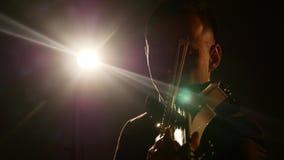 Fundo sinfônico do dedolight do solista do concerto do instrumento do violino de Singing Violinist Playing do músico filme