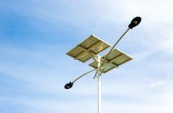 Fundo solar do céu da luz de rua Fotografia de Stock Royalty Free