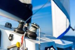 Fundo surpreendente do barco e da vela de navigação sob a luz solar fotografia de stock