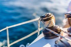 Fundo surpreendente do barco e da vela de navigação sob a luz solar fotos de stock royalty free