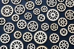 Fundo técnico das rodas de engrenagem em uma madeira escura fotos de stock