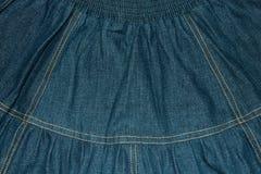 Fundo, textura de uma saia retro da sarja de Nimes imagens de stock