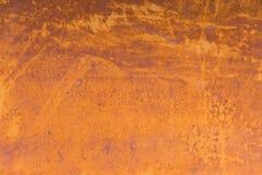 Fundo Textured de uma pintura amarela desvanecida com quebras oxidadas no metal oxidado Textura do Grunge de um metal rachado vel imagem de stock royalty free