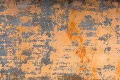 Fundo Textured de uma pintura amarela desvanecida com quebras oxidadas no metal oxidado Textura do Grunge de um metal rachado vel imagem de stock