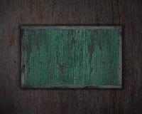 Fundo textured madeira e placa de identificação verde. Fotografia de Stock Royalty Free