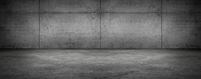 Fundo textured panorâmico moderno da fase vazia escura da sala do muro de cimento fotos de stock royalty free