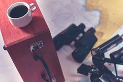 Fundo tonificado com xícara de café e equipamento borrado da navegação Conceito do turismo do curso de mar foto de stock