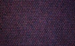 Fundo tricotado manualmente roxo escuro Fotografia de Stock