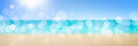 Fundo tropical da praia com luz solar macia imagem de stock royalty free