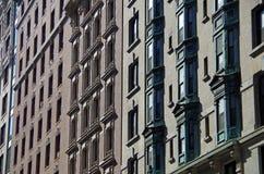 Fundo urbano das janelas do apartamento Fotografia de Stock