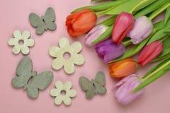 Fundo vazio cor-de-rosa de madeira da mola do espaço da cópia com as tulipas coloridas no canto Imagens de Stock