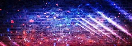 Fundo vazio da parede de tijolo, opinião da noite, luz de néon, raios Fundo comemorativo Fumo ilustração do vetor